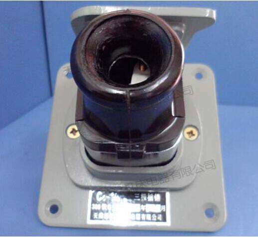 供应防爆插头插座 AC-16A /220V/380V *1区、2区危险场所。 *A 、B 、C类爆炸性气体环境。 *要求C类请注明。 供应防爆插头插座 AC-16A /220V/380V 铸铝合金外壳,表面喷塑。 插销与开关制成联锁结构,只有开关断开后方能拔出插头。 钢管或电缆布线均可。 符合GB3836-2000,IEC60079标准要求。 供应防爆插头插座 AC-16A /220V/380V 公 司 专 业 生 产:防爆配电箱、 防爆照明配电箱、 防爆动力配电箱、 防爆电箱、 防爆接线箱、 防爆