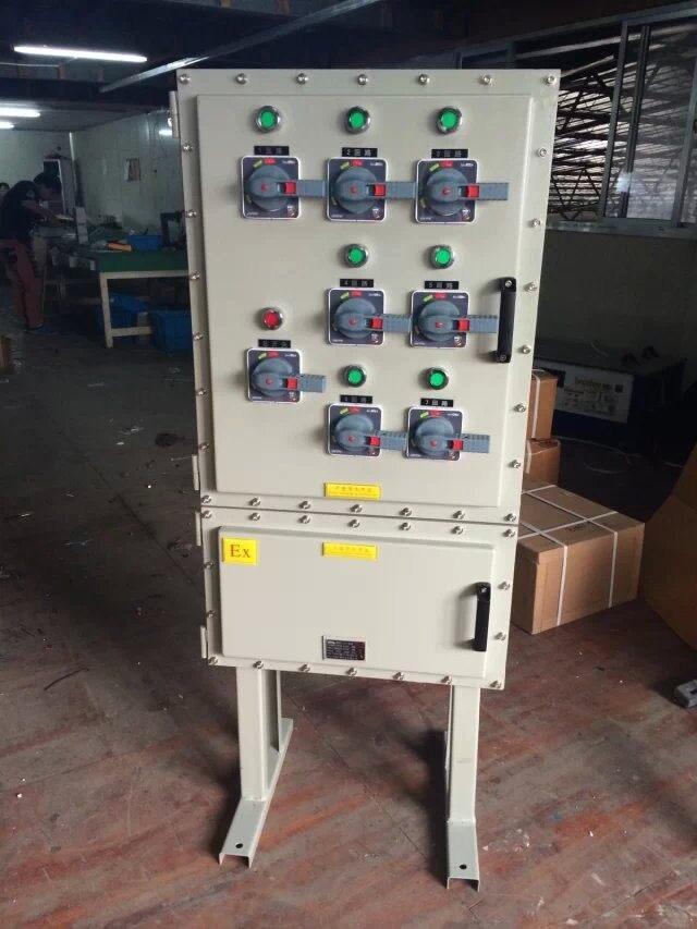 排水泵液位防爆控制柜可控设备: 水泵、排水泵,污水泵,排污泵,油泵、电机、变频器、阀门、风机,搅拌机,粉碎机,破碎机 功率:0.55KW 0.75KW 0.97KW、1.5KW、2KW、5.5KW、7.5KW.11KW.15KW.18.5KW.25KW.30KW.45KW 控制方式:远程、就地、现场、两地 排水泵液位防爆控制柜需要满足的控制方式: (1)液位控制:该型控制柜配key浮球开关或高性能电子式液位控制器,可根据液位的高低、自动控制水泵的启动和停止; (2)压力控制:该型控制柜配备外接电接点压力